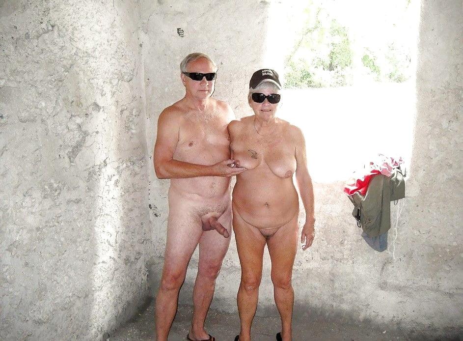 Группа Пожилые Обнаженные Женщины И Мужчины