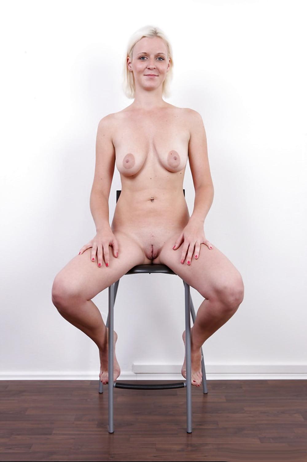 Блондинка показывает свои прелести на порно кастинге