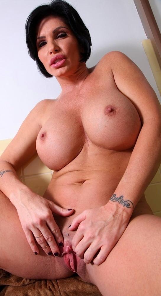 Shay Foxx ласкает щелку пальцами в уборной порно фото бесплатно