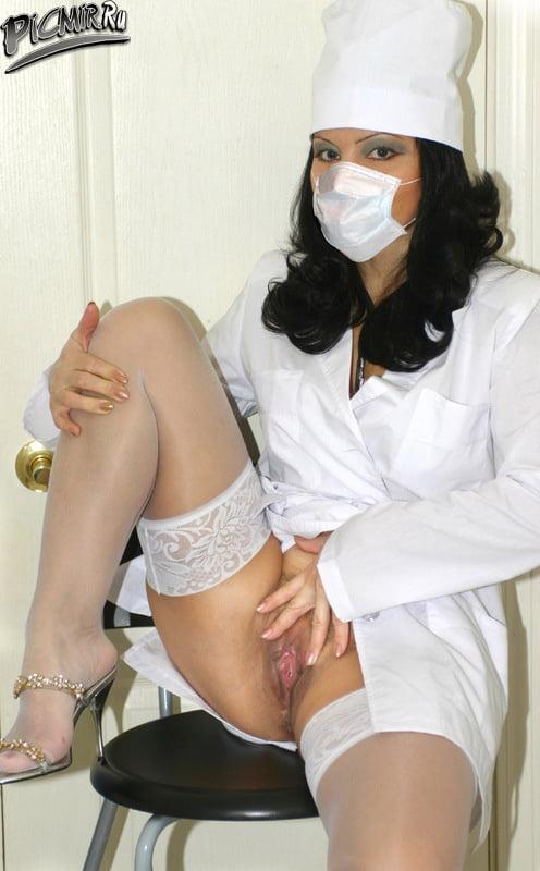 Голые девушки в медицинских масках