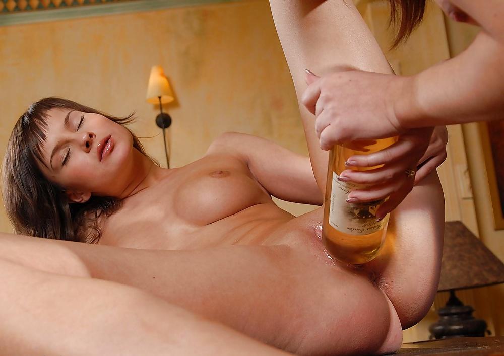 Кудрявая азиатка трахнула себя бутылкой порно фото бесплатно