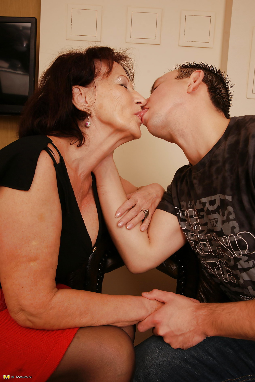 naughty-mature-woman-seducing-young-man-kristen-stewart-clit-porn