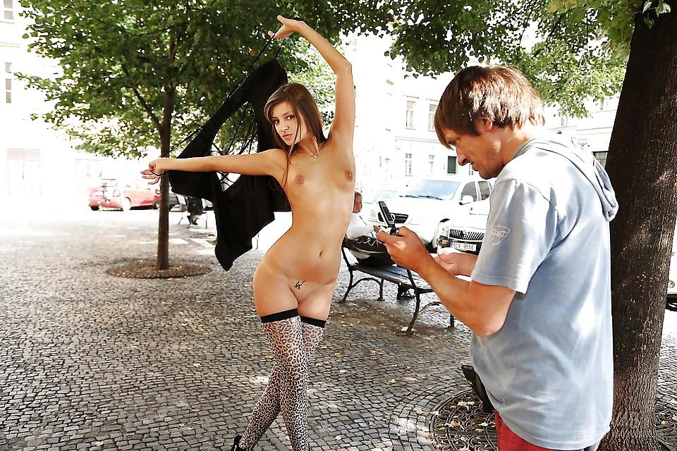 горячке просто девушка раздевается и позирует на улице видео готов