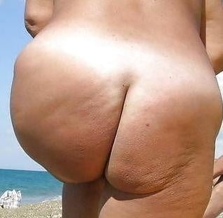 Hot girl show her big booty on the webcam