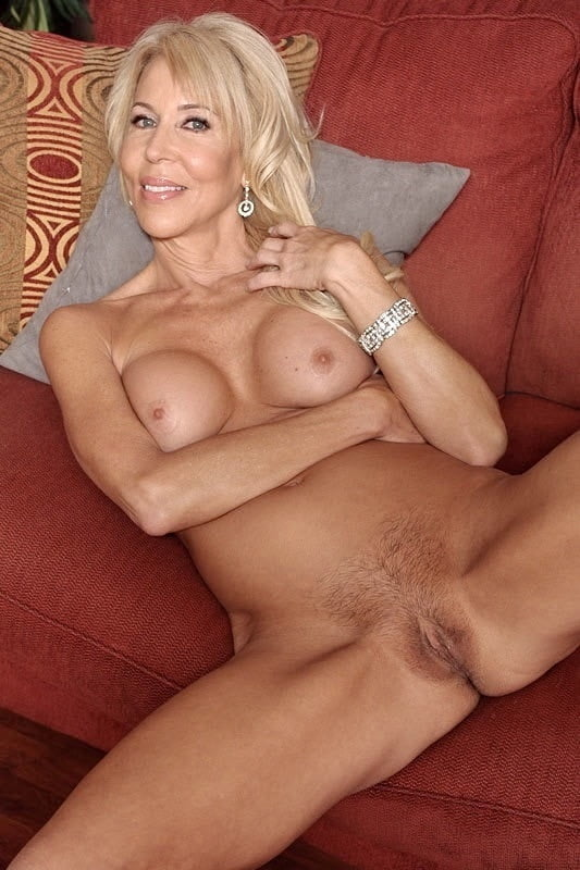 Mature nude women masterbating