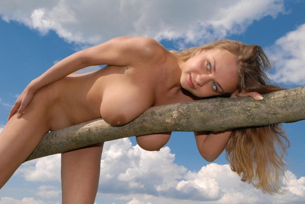 Фото голой девушки сидящей на бревне, мужик сфоткал дорогую любовницы