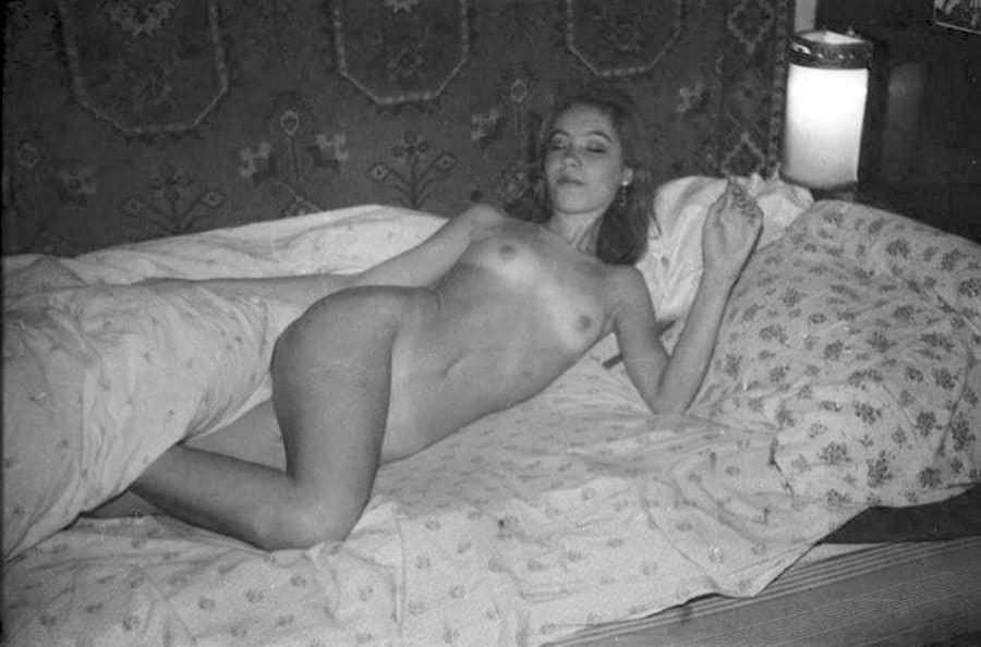 Любительская фото эротика ретро трахает себя