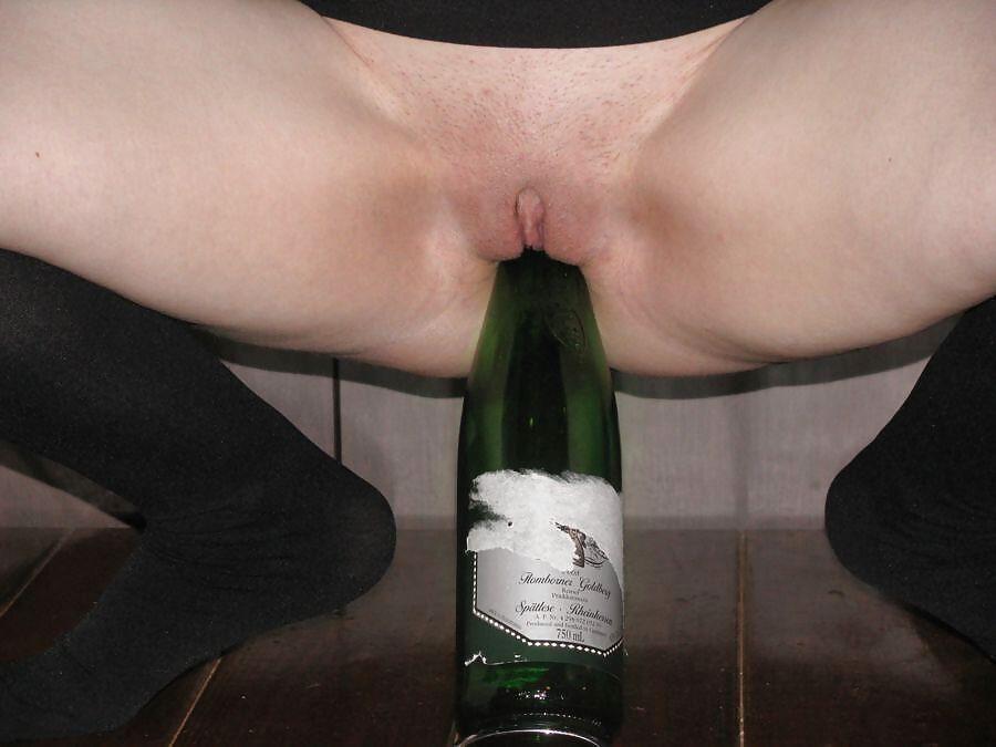 baba-zasunula-sebe-v-pizdu-butilku-iz-pod-shampanskogo