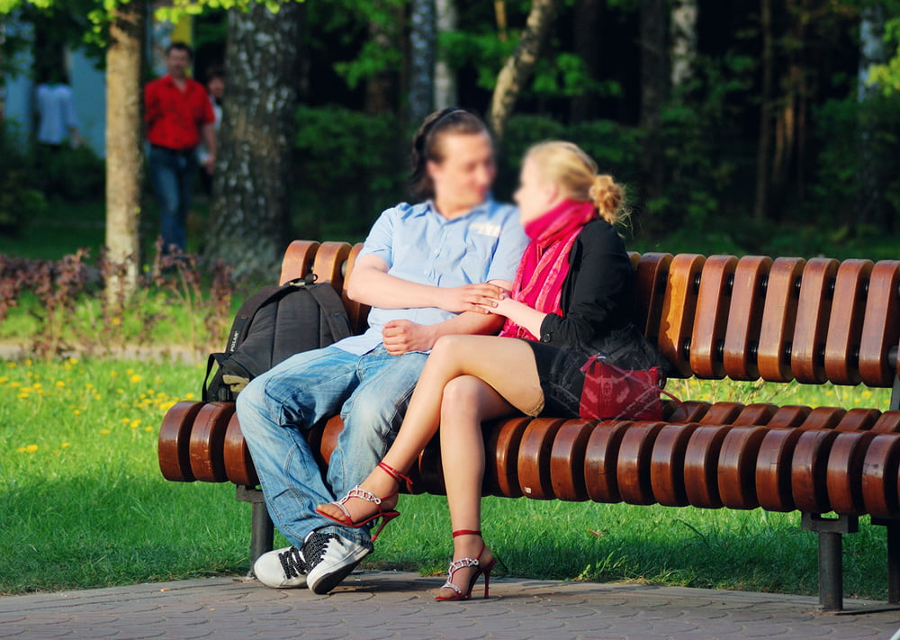 улыбается, щуря секс в парк с девушкой службы остался, контракту