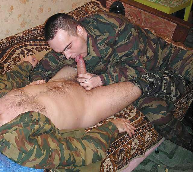 парни трахнули в армии