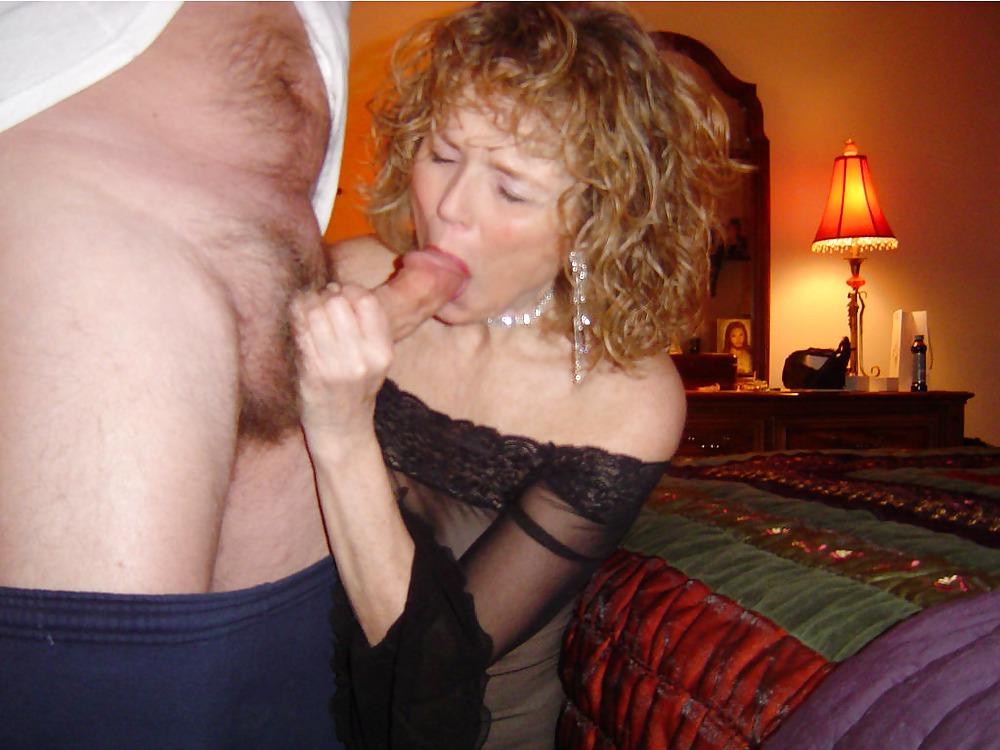 Зрелая сосет своему мужу