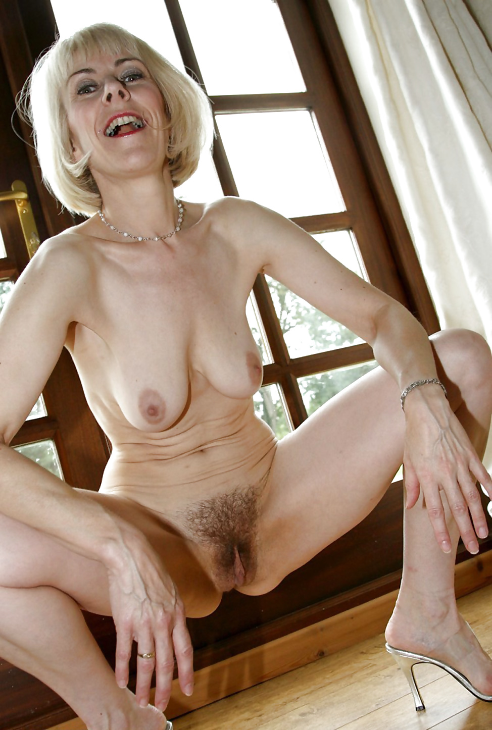 mature-short-hair-blond-nude