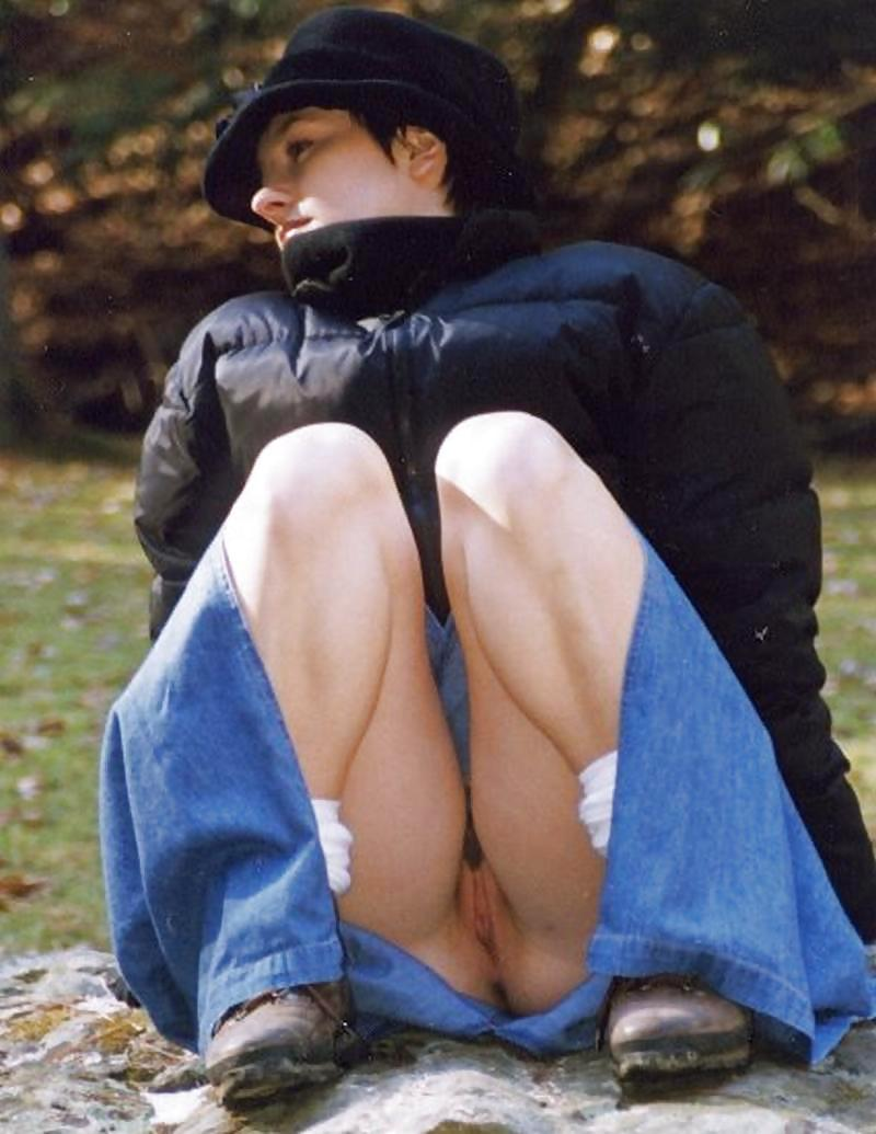 Crouching Upskirt Pussy Public And Milf Picture