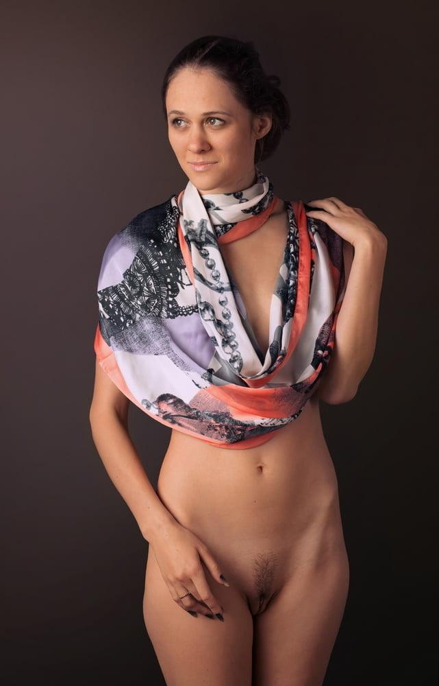 Порно фото позирует голая в платке соседку