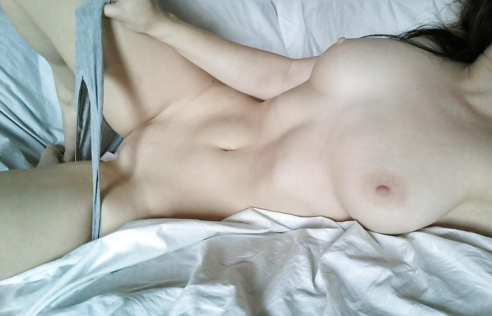 Знаменитые домашнее фото голой девушке на кровати порно