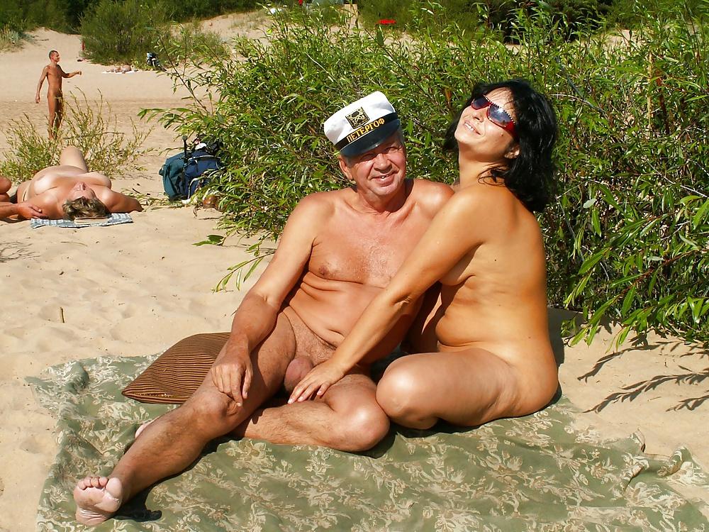 женщины в возрасте трахаются на пляже