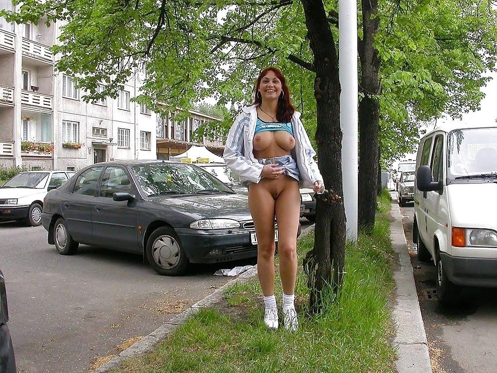 девушка без трусиков гуляет по улице видео достигается помощью