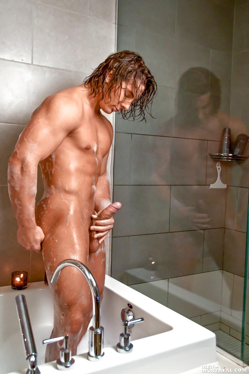 Полненькой девушкой голый мужик моется под душем видео