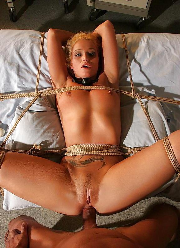 порно девушка привязала к кровати онлайн