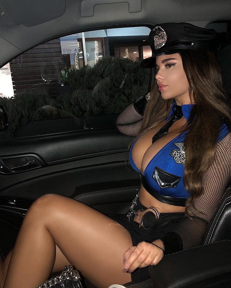 foto-politseyskih-devushek-s-bolshimi-siskami-video-kak-muzhik-trahaet-zhenshinu-butilkoy