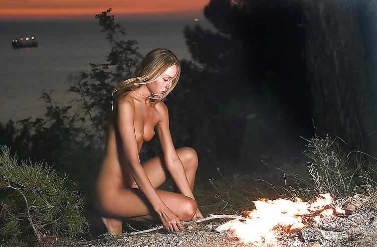 Фото голой девушки ночью, смотреть порно огромная дырка