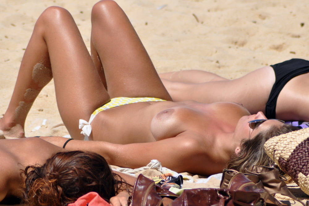 Titties on display for other beachgoers - 19 Pics