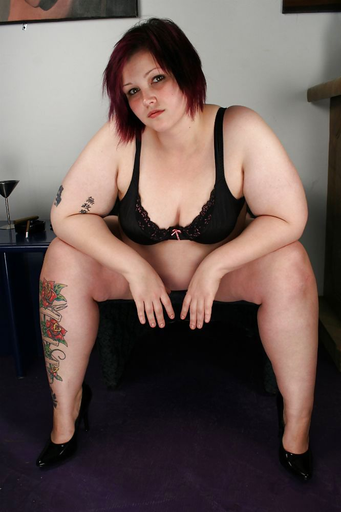молодая толстушка ласкает киску видео красотки нежно