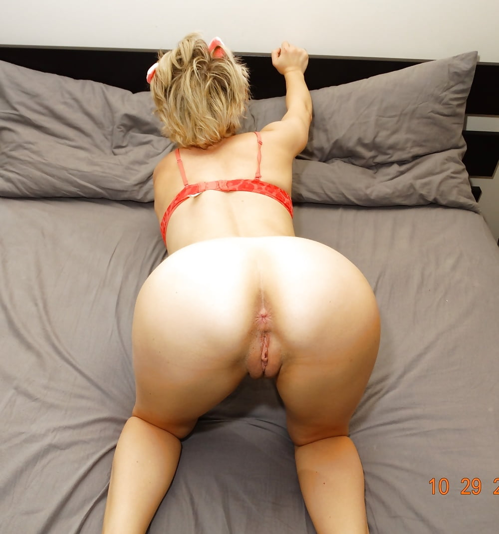 blonde-milf-bent-over-nude