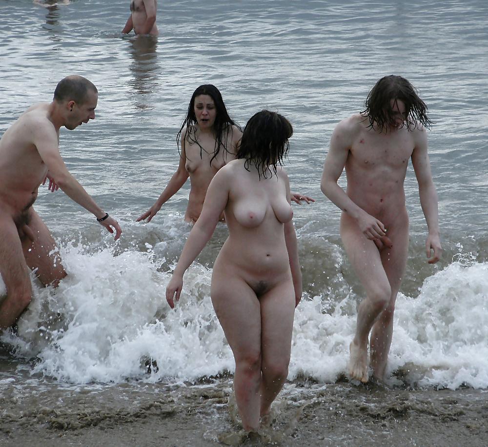 групповое купание голышом видео сейчас там модерацию