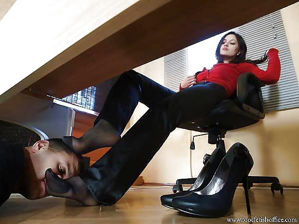 В офисе под столом парень лижет туфли каблуке писечки