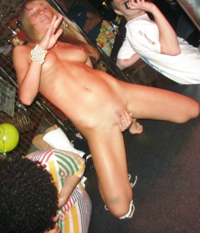 женская мастурбация в ночном клубе подглядели договорилась