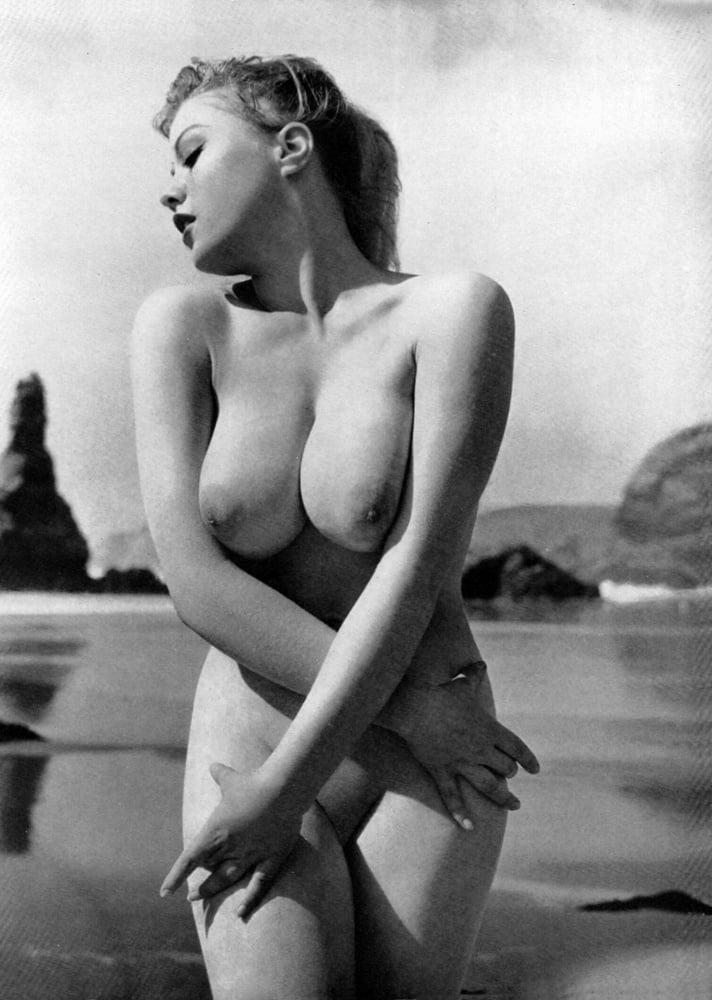 Amateur Vintage Nude Model Veronica Retrofucking