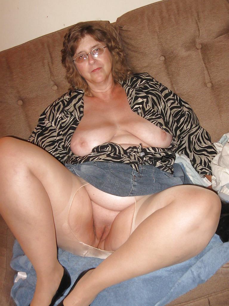 Пухлые мамочки без трусиков, соседка взяла за щеку
