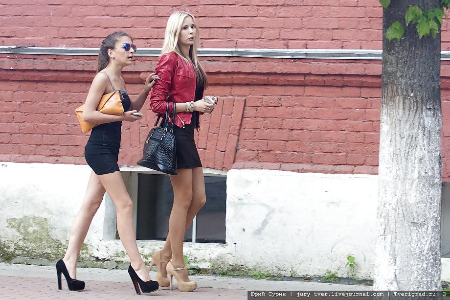 девушка девушку страпоном на улице - 2