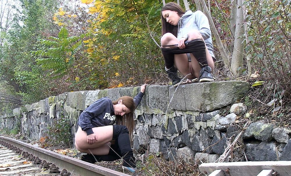 Девки на тротуаре сняты скрытой камерой — pic 12