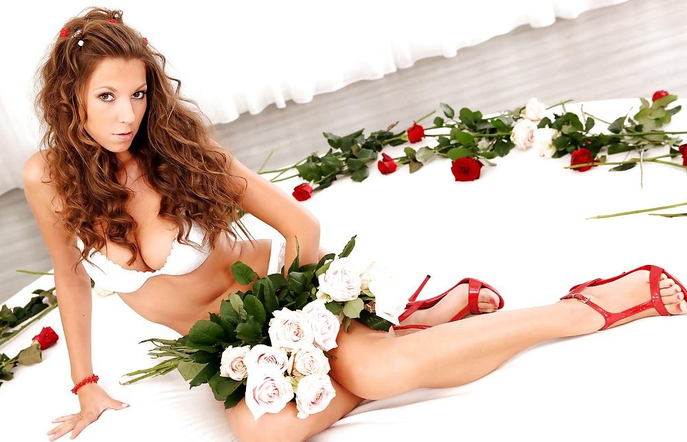 Эротическая фотосессия с цветами 13