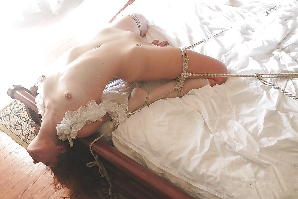 фотографии завязанные голые женщины с трусами обвиняют том