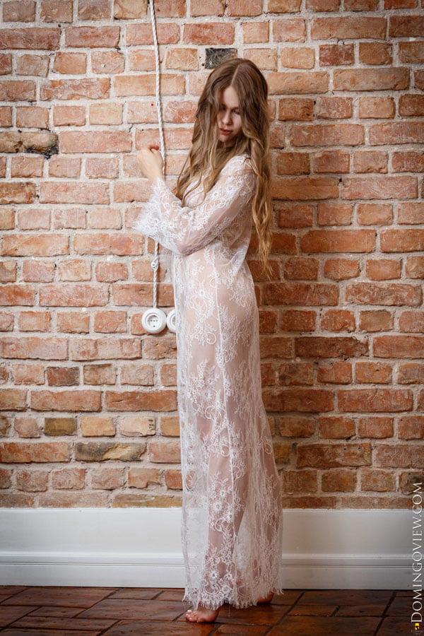Evelina beautiful babe naked at the wall - 16 Pics