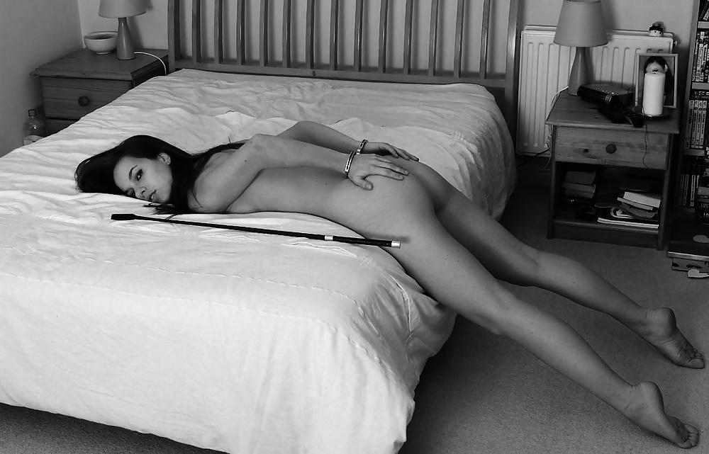 порно эротическая черно белая картинка девушка привязана к кровати стала орать