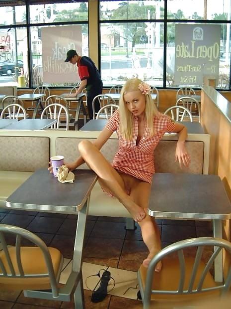как трахают девушка без трусиков в кафе васю подрочить она