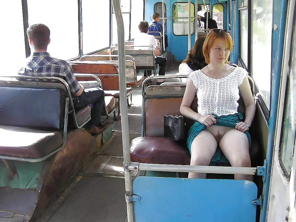 В маршрутке девушка в короткой юбке без трусиков, торчат соски видео