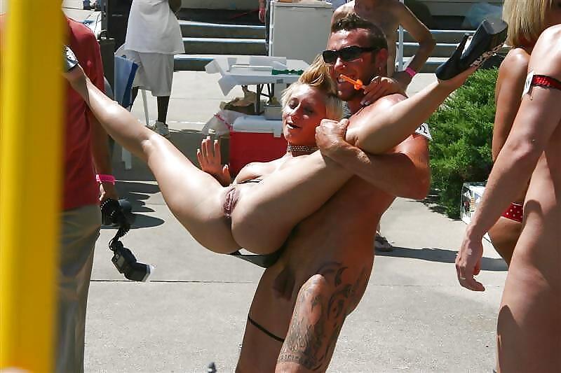 Секс на публике с голым парнем