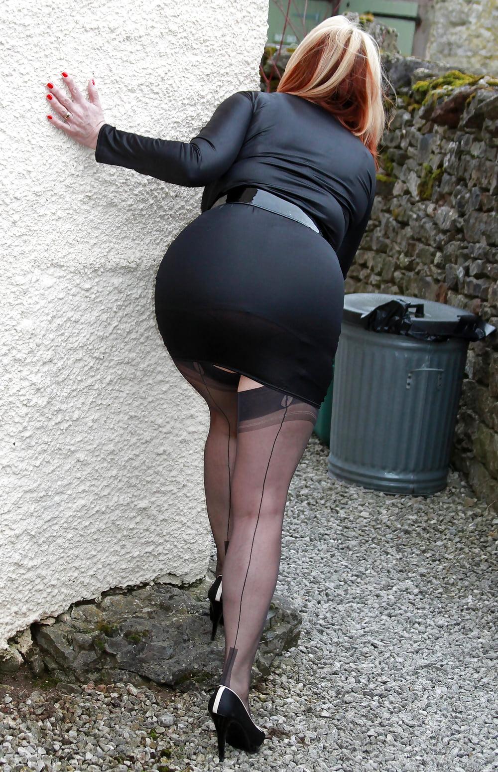 Трах два фото жоп женщин в возрасте в очень узких юбках ебля моей тетей