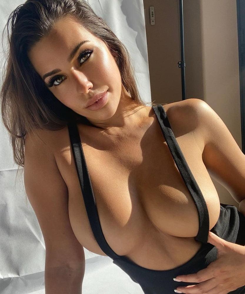 Paige Woolen  nackt