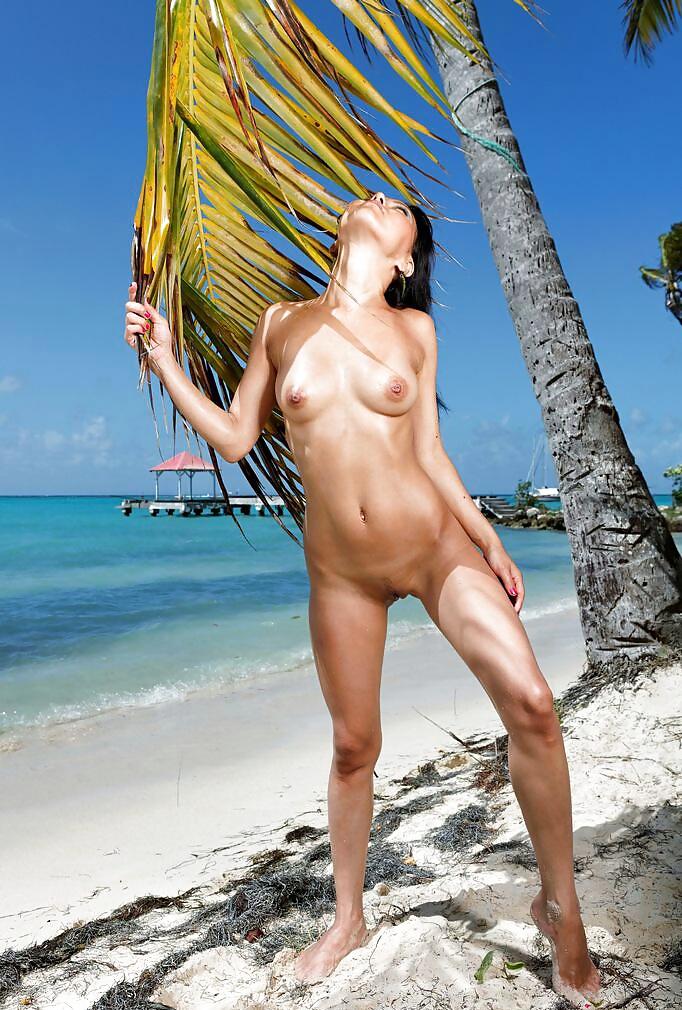 Стриптиз на пляже онлайн, ебали жопа большая