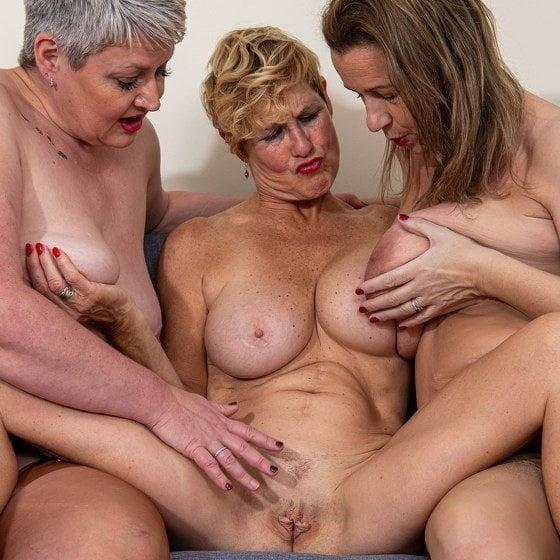 Amateurs lesbians mature & young 4