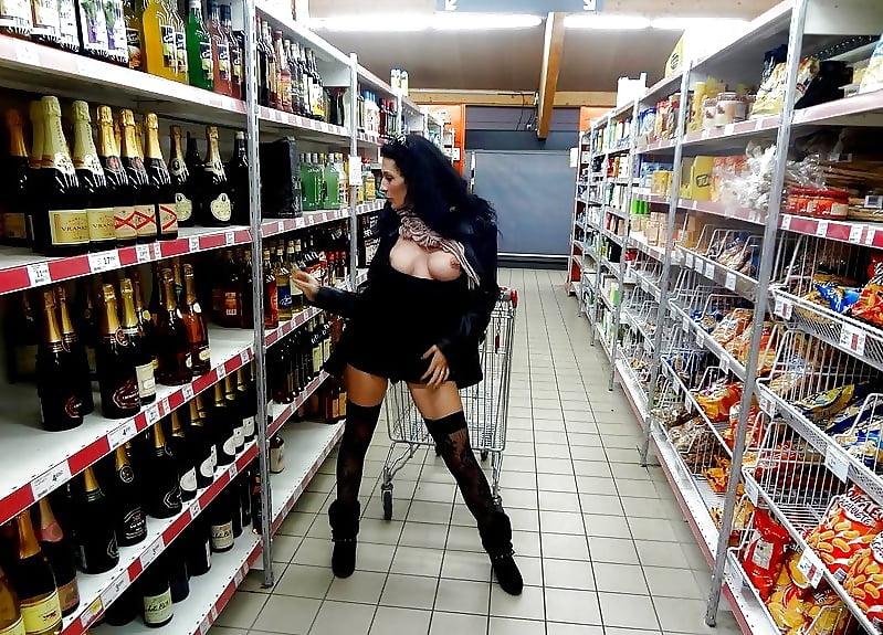 Мазо мастурбация в супермаркете