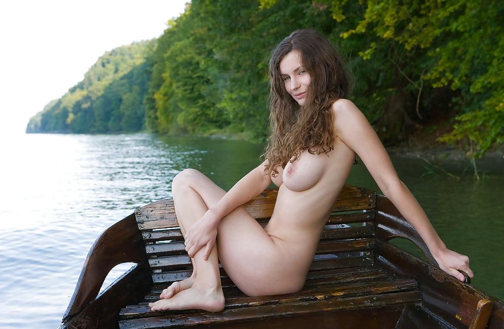 сиськи на лодке - 12