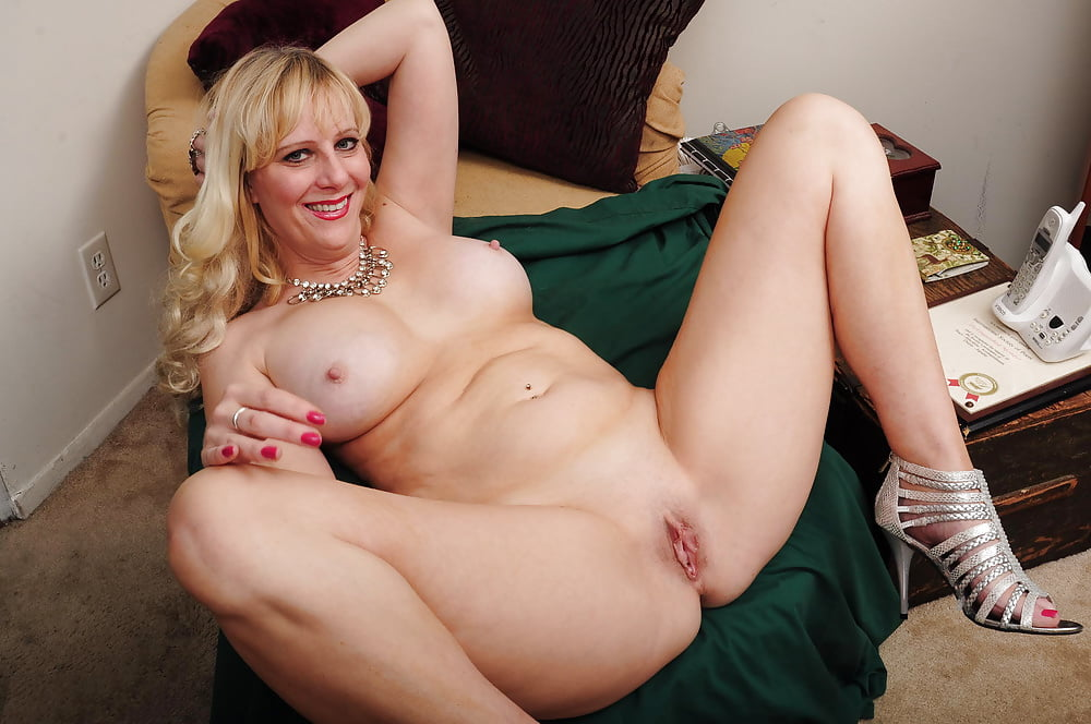Horny British Blonde With Big Boobs Amber Jayne Masturbates On Gre Image 1