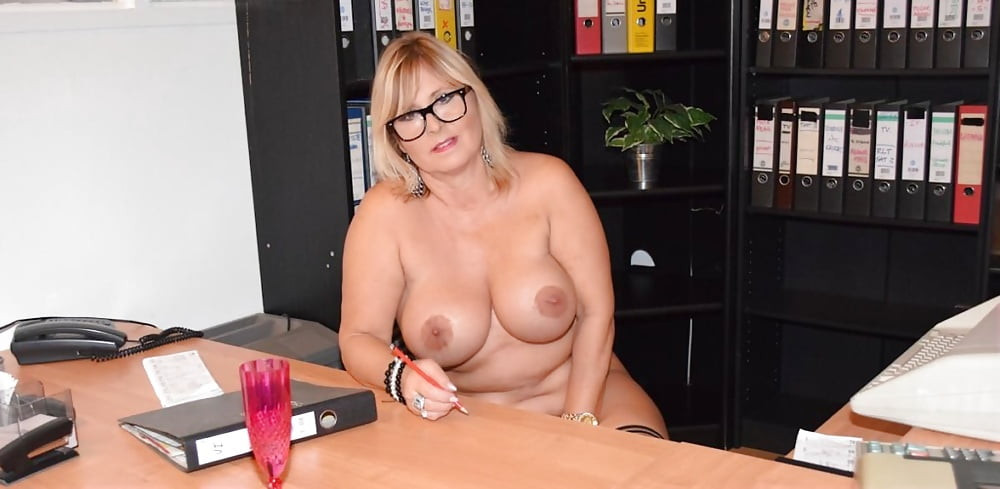 Nude woman office — photo 12